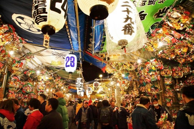 Tori-no-Ichi fair thriving with people praying for good business
