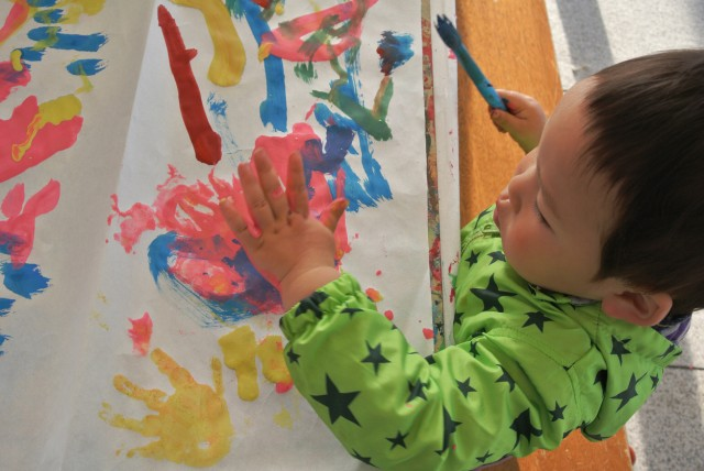 The boy to be crazy to paint for the first time